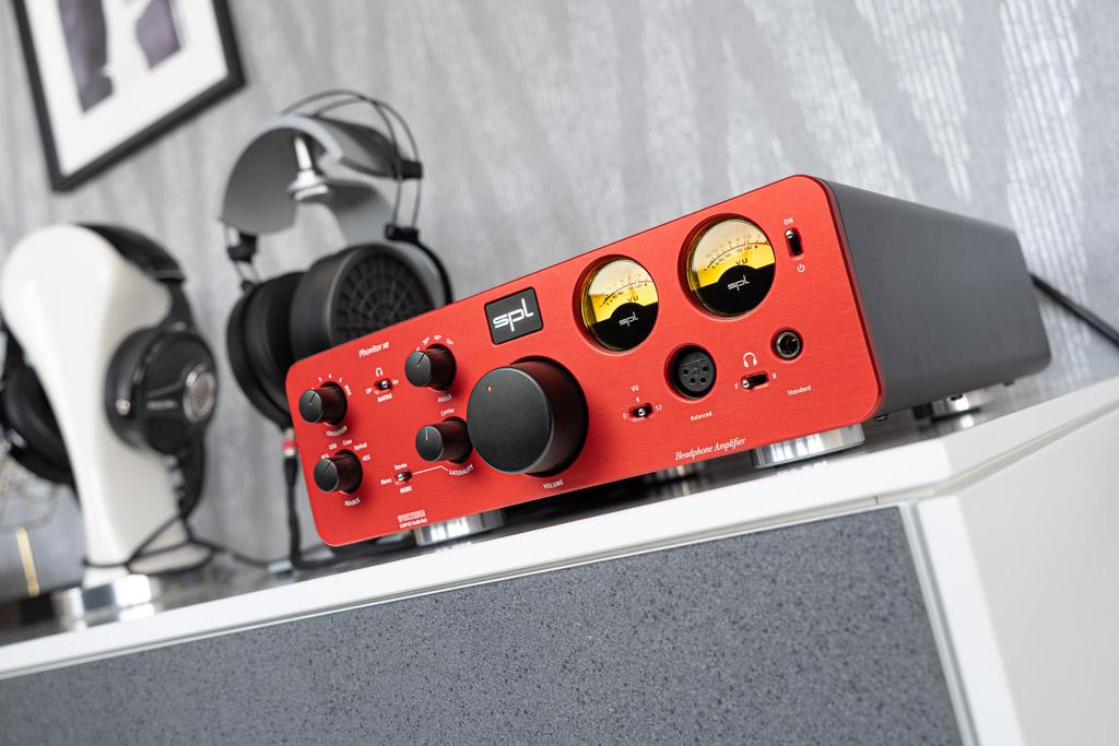 Der SPL Phonitor xe ist ein echter Hingucker. Dafür sorgen die gerundete Formgebung, die rote Front sowie das Design, das Cockpit-Flair und Retro-Charme vereint. Hier fallen insbesondere die analogen VU-Meter ins Auge.
