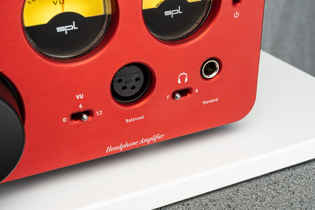 """Der Phonitor xe bietet wahlweise einen symmetrische Ausgang in Form einer vierpoligen XLR-Buchse oder einen unsymmetrischen Ausgang, dessen große Klinken-Buchse mit """"Standard"""" bezeichnet ist. Der dazwischen sitzende und mit """"F – R"""" beschriftete Schalter dient der Umschaltung zwischen front- und rückseitigen Kopfhöreranschlüssen. So bleibt die Vorderseite des Verstärkers kabelfrei, das sorgt für eine aufgeräumtere Optik."""