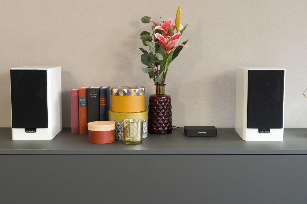 Die Xeo 20 können sowohl auf einem Möbelstück als auch auf Stativen platziert oder sogar an die Wand montiert werden.