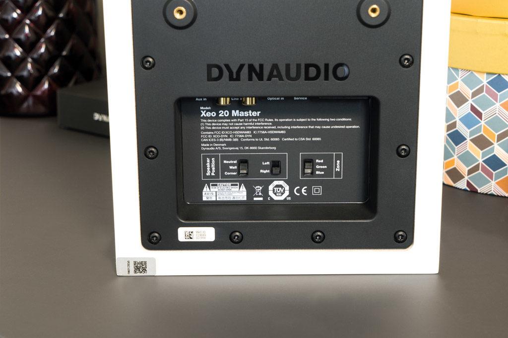 Die Regler auf der Rückseite der Xeo 20 dienen unter anderem der Klanganpassung und der kabellosen Funkverbindung der beiden Lautsprecher.