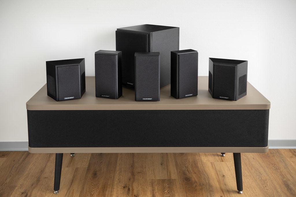 Das kompakte Surround-Set besteht aus den drei LCR-Lautsprechern K50, den beiden Surround-Speakern K40T und dem Subwoofer V8.