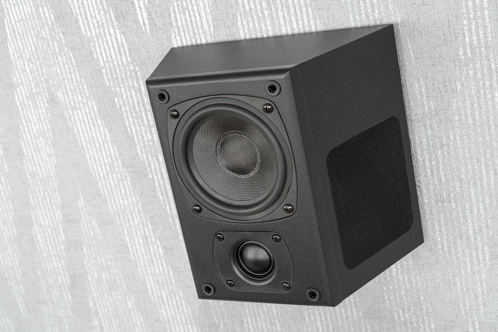 Die Trapezform der K40T sieht nicht nur gut aus, sie bringt zudem einen klanglichen Vorteil für den Surround-Sound mit.