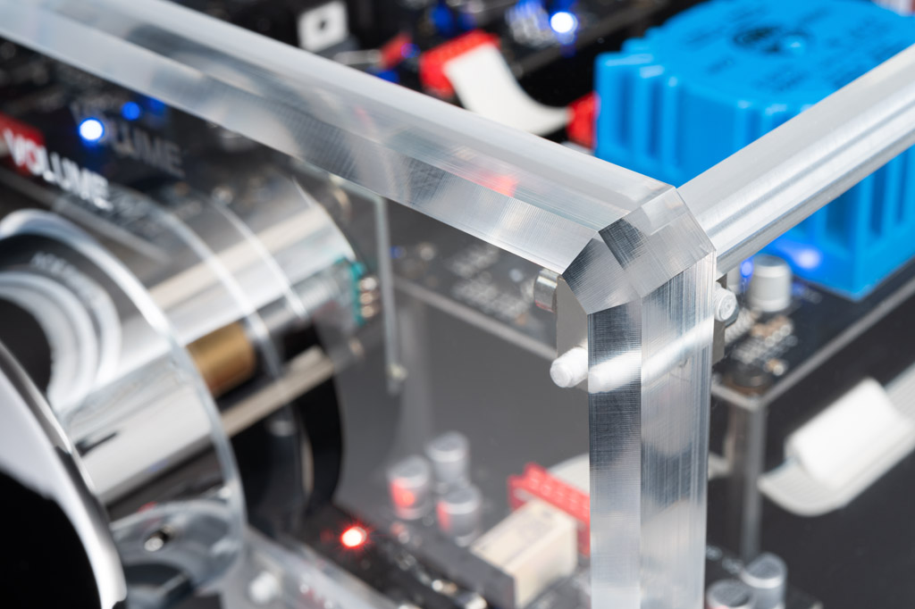 Perfekte Fertigung: Der 8.2 BT bietet eine makellose Ausführung bis hin zur Fasung und Verzapfung.
