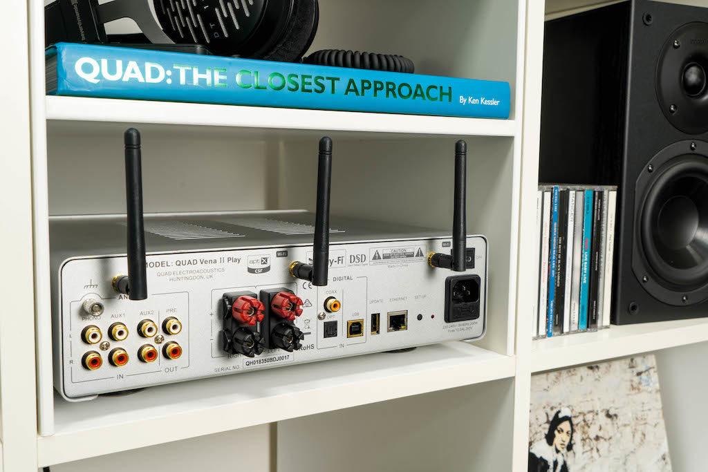 Mithilfe von gleich drei Antennen empfängt der Vena II Play Signale drahtlos per Bluetooth und WLAN.