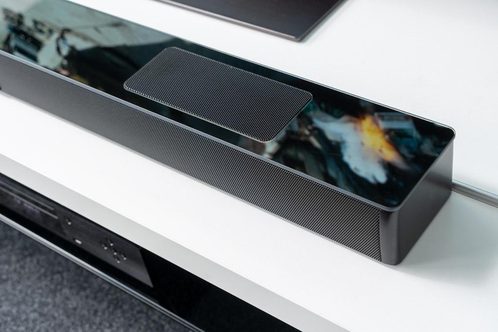 Die kratzfeste Glasplatte auf der Oberseite der Smart Soundbar 10 ist ein echter Eyecatcher.