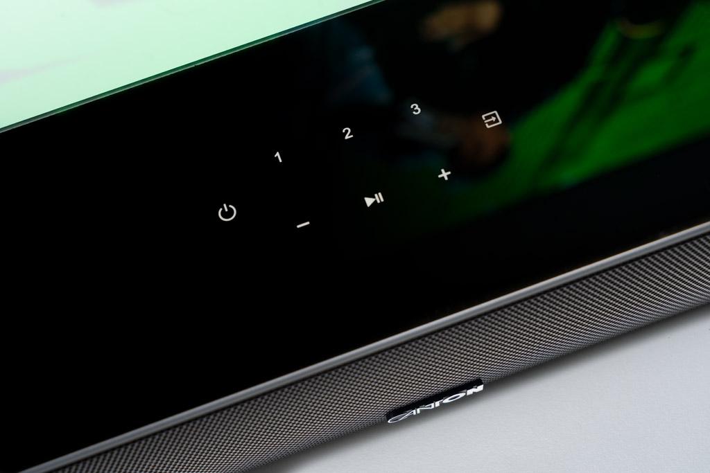 Gerade einmal 10 Zentimeter tief ist die Smart Soundbar 10, spielt allerdings äußerst voluminös auf.