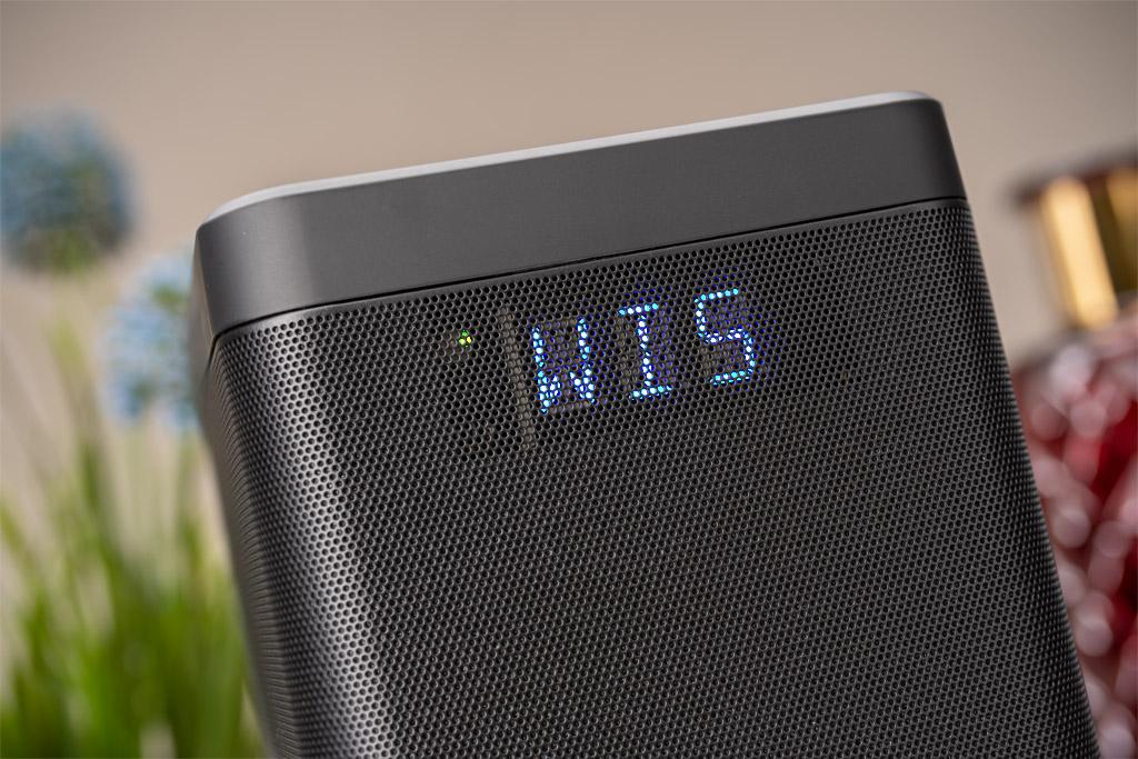 Nacheinander werden die Lautsprecher mit der Soundbar verbunden.