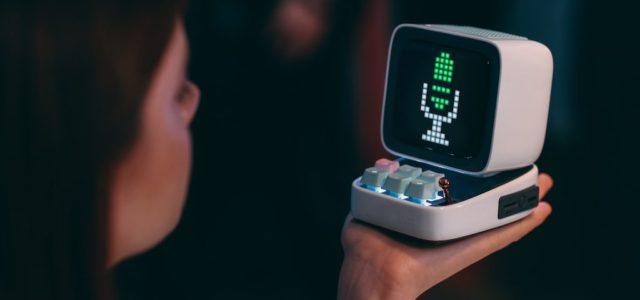 Divoom Ditoo: Pixel-Art-Speaker im Design eines kleinen Retro-PCs