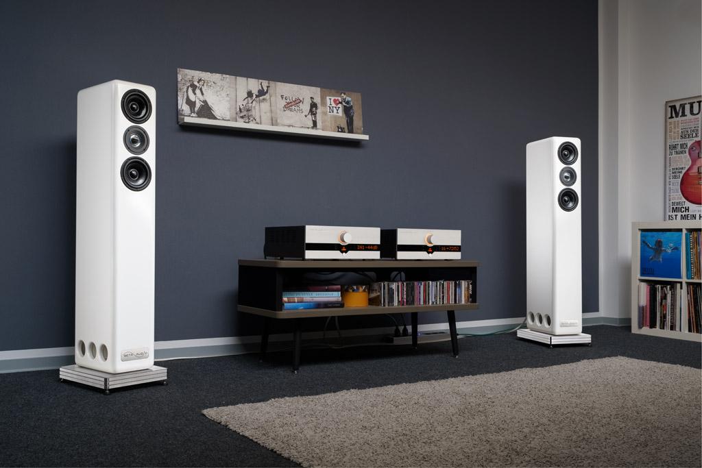 Die Seta Audio Besa CS 2 ist ein schlanker Standlautsprecher. Trotz des stattlichen Gehäusevolumens bietet sie deshalb eine attraktive Erscheinung.