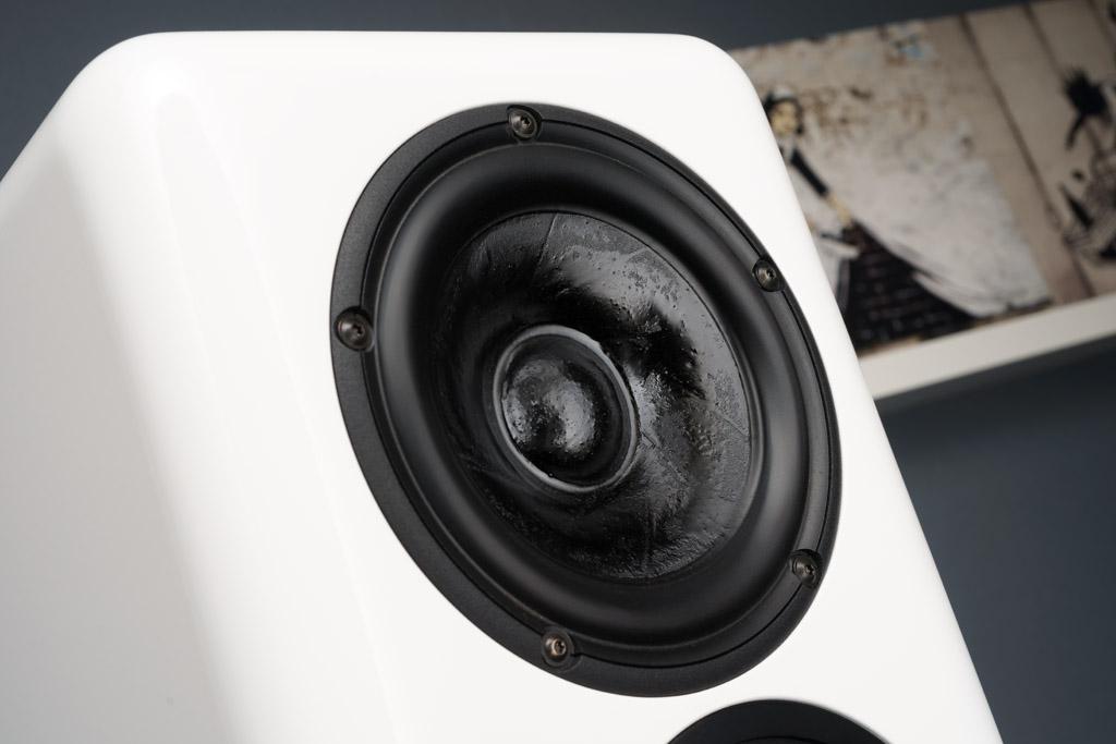 Die Membranen der beiden Konus-Chassis sind mit Setas Solid Cone-Technologie behandelt und spezialbeschichtet.