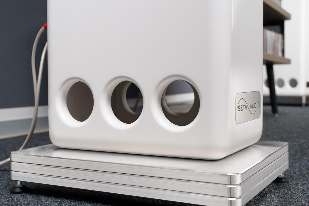 Das Gehäuse der Besa CS 2 ist nach dem von Seta entwickelten Clusterflex-Prinzip konzipiert. Über die Schallöffnungen am unteren Ende beider Seiten werden vorwiegend Bassanteile des Schalls nach außen abgestrahlt. Diese Lösung ermöglicht eine wandnahe Aufstellung des Schallwandlers.