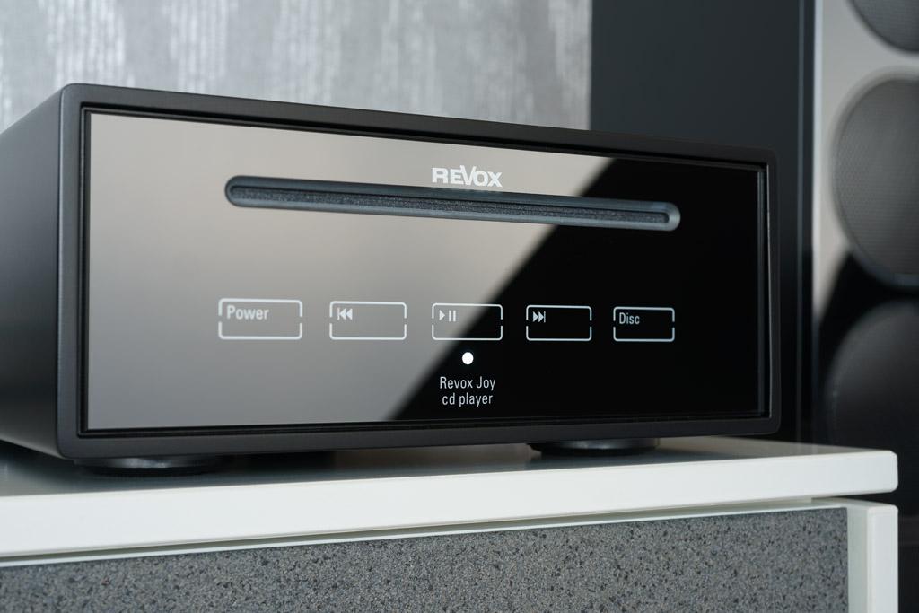 Die Bedienung des CD-Players geschieht über fünf in die Frontplatte eingelassene berührungssensitive Touch-Felder.