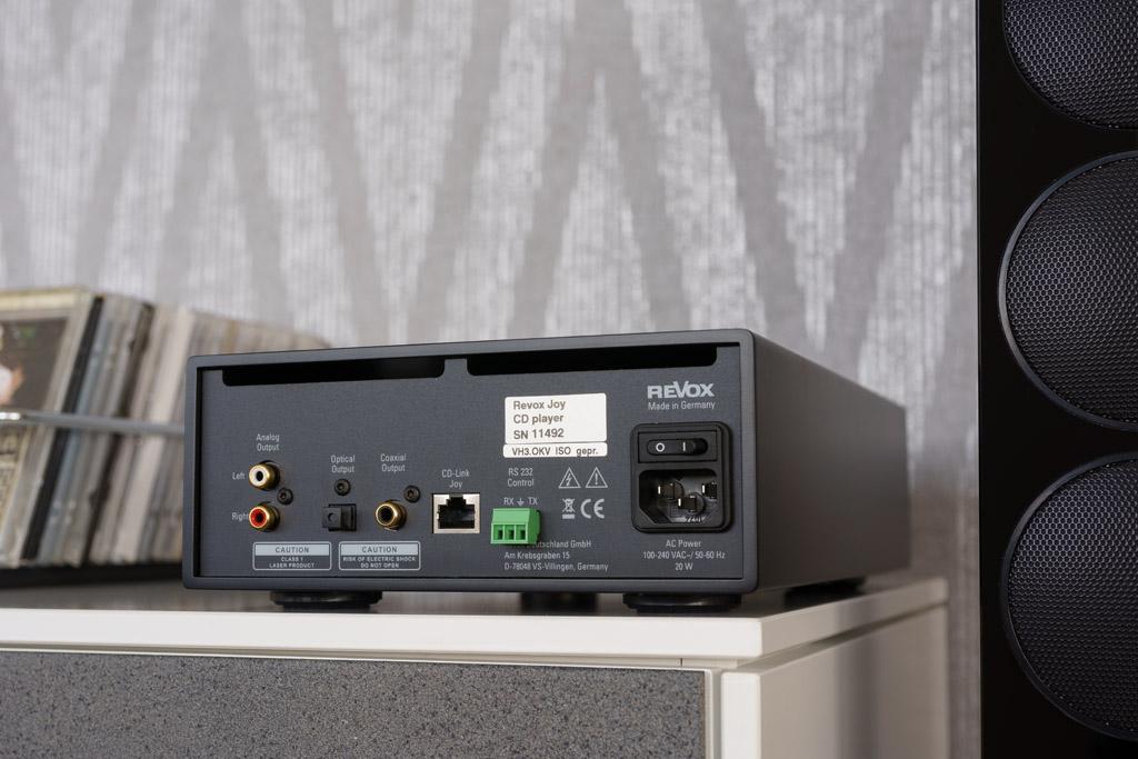 Anschlussseitig bietet der CD-Player einen analogen Ausgang und sowie einen optischen und einen elektrischen Output. Hinzu kommen der CD-Link zur Kopplung mit dem Network Player und RS 232 Control-Klemmen für die Steuerung über externe Kontrollsysteme. Rechts sehen wir den Ein/Ausschalter, darunter die Buchse für das Netzkabel.