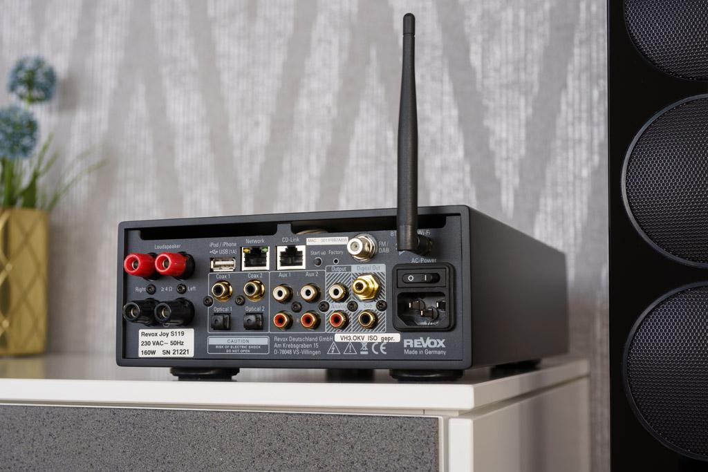 Der S119 bietet anschlussseitig alles auf kompaktem Raum. Links sitzen die Lautsprecherbuchsen, es folgen der USB-A-Port sowie der Netzwerk- und der CD-Link-Anschluss (beide als RJ45-Buchse ausgeführt). Darunter sehen wir vier digitale S/PDIF-Inputs (2 x koaxial, 2 x optisch), rechts daneben folgen zwei analogen Stereo-Eingänge, dann ein analoger Stereo-Ausgang, ein analoger Subwoofer-Ausgang und ein digitaler Ausgang. Über die Antennen-Anschlüsse läuft der Empfang von Signalen für FM und DAB+, Bluetooth und WLAN. Unter dem Ein/Aus-Schalter sitzt schließlich noch die Netzbuchse.