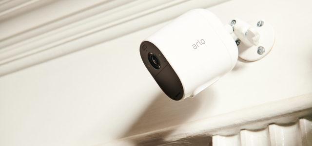 Arlo bringt kabellose Essential Spotlight Kamera auf den Markt