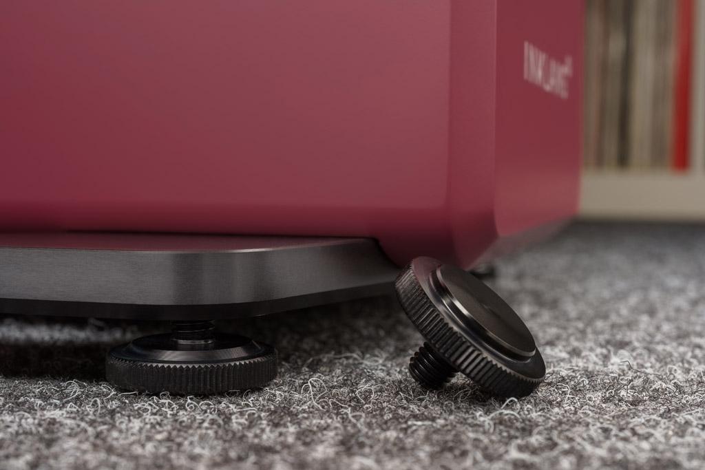 Design bis ins Detail: Neben der Fase des Gehäuses sind auch die höhenverstellbaren Füße mit ihrer Rändeloptik eine Inklang-Besonderheit. Optional kann man statt der Füße die optisch fast identisch aussehenden Spikes wählen.