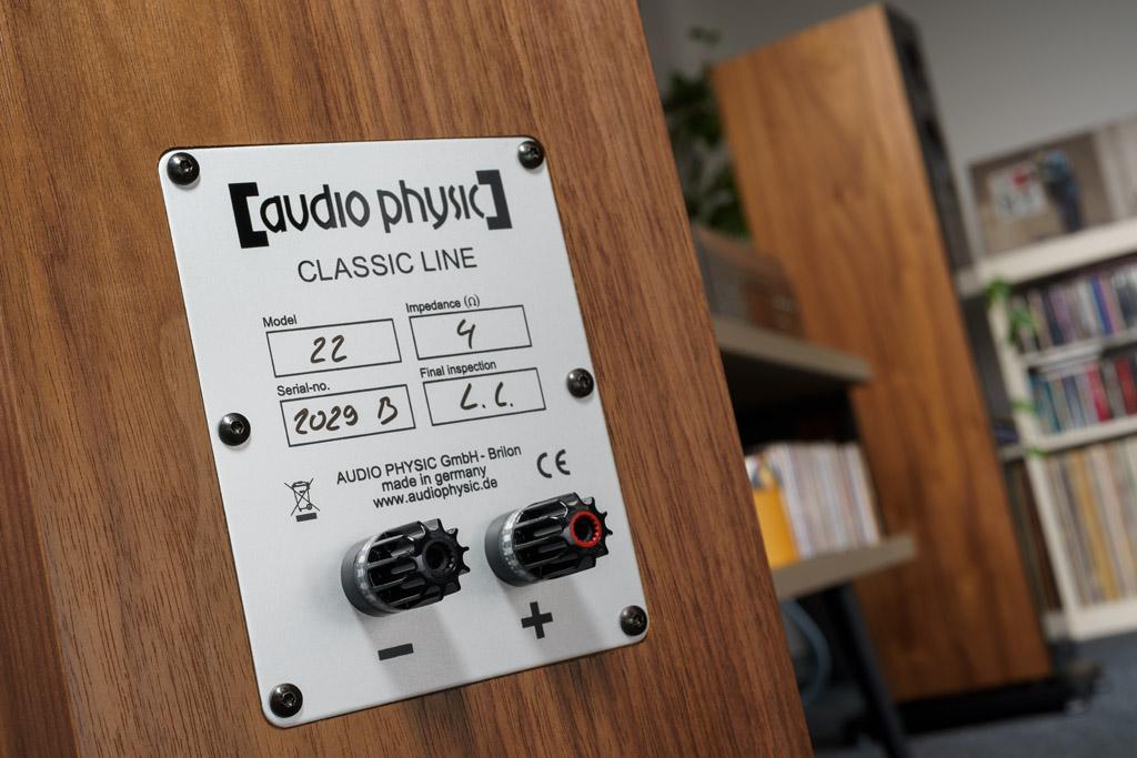 Die Klemmen sind die neuesten, mit einer hochwertigeren Goldbeschichtung versehenen nextgen-Anschlüsse von WBT. Audio Physic setzt hiervon standardmäßig nur ein Paar ein – aus zwei Gründen: Die meisten Käufer betreiben ihre Lautsprecher im Single Wire-Betrieb, verwenden also nur einen Verstärker und ein Lautsprecherkabel pro Box. Zudem haben die Briloner festgestellt, dass zusätzliche Klemmen und Brücken eine Klangverschlechterung verursachen.