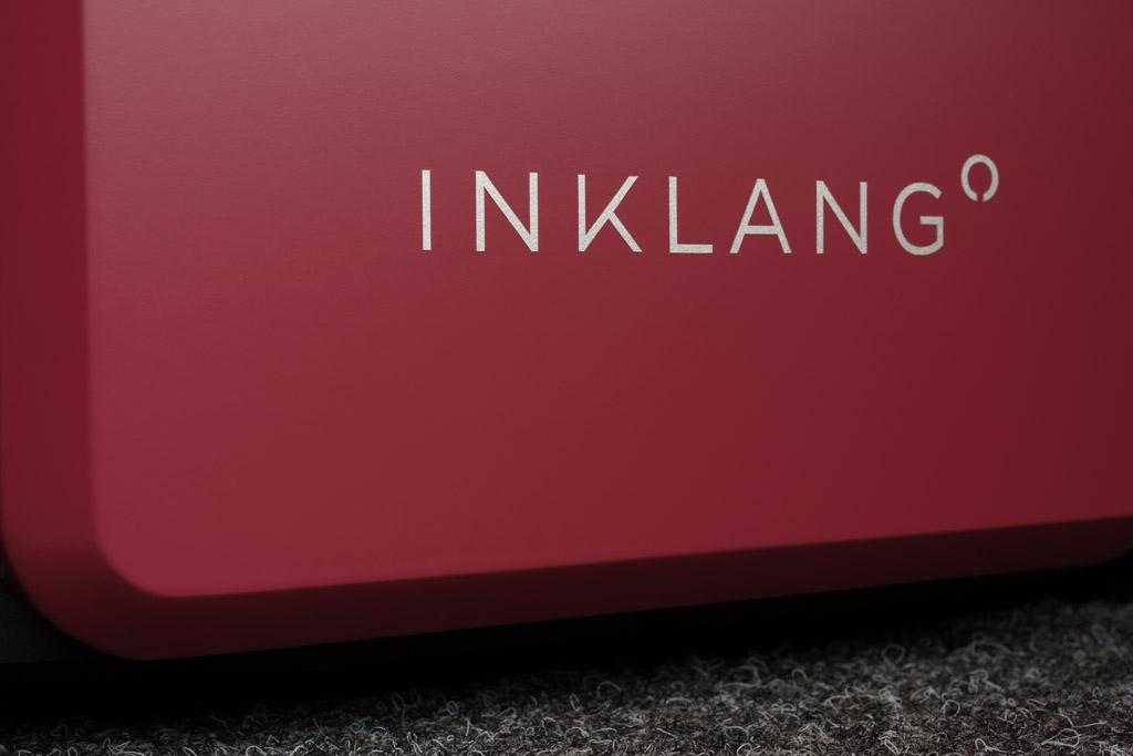 Das Logo der Hamburger Lautsprechermanufaktur ist dezent auf der Front appliziert – hier setzt sich die hanseatische Zurückhaltung fort, die das Design des Lautsprechers prägt.