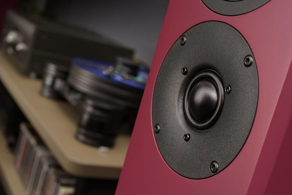 Der Hochtöner sitzt unterhalb des Mitteltieftöners – und damit richtigerweise auf Höhe der Ohren des Hörers.