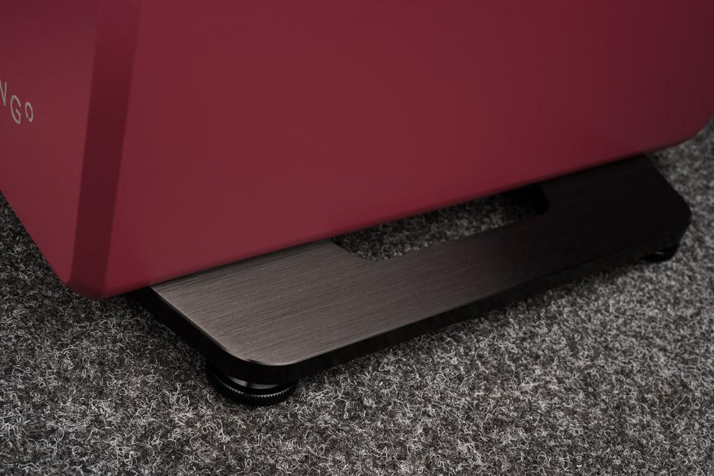 Ein wohlgestalteter Sockel sorgt für den sicheren Stand des schlanken Lautsprechers. Die eloxierte und gebürstete Aluminiumplatte ist wahlweise in Schwarz oder Silber realisiert.
