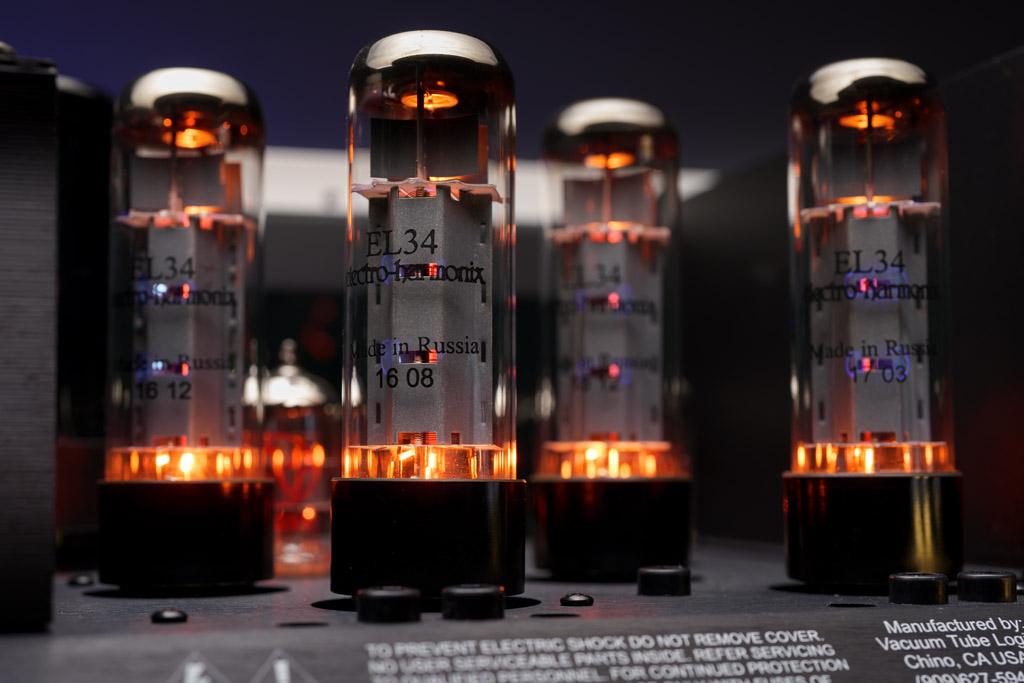 Reine Röhren-Power: die vier Endstufenröhren bei ihrer Verstärkungsarbeit.