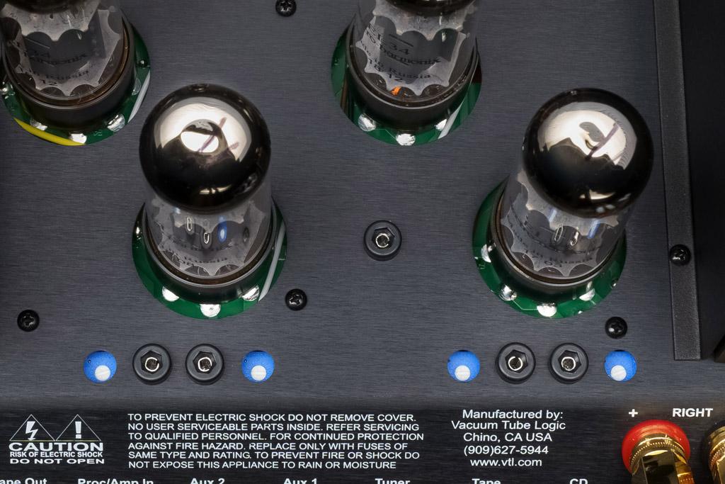 Die blau umrandeten weißen Bias-Schrauben dienen der Einstellung der Röhrenvorspannung. Ihr Wert kann an den schwarz eingefassten Buchsen gemessen werden. Diese Arbeit sollte nur ein Fachkundiger vornehmen.