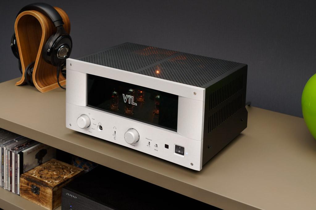Außergewöhnlicher Auftritt: Der VTL IT-85 hebt sich mit seinem hohen quaderförmigen Gehäuse wohltuend vom typischen HiFi-Komponenten-Aussehen ab.