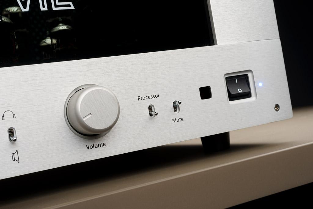 Auch das Lautstärkerad harmoniert perfekt mit dem Frontdesign. Der Drehgeber besitzt eine ausgezeichnete Gängigkeit. Der daneben positionierte Kippschalter ermöglicht die Einschleifung eines externen Soundprozessors oder Vorverstärkers, wodurch die Vorstufe des IT-85 umgangen wird. Der Mute-Taster ermöglicht die Stummschaltung des Verstärkers. Mit dem großen Kippschalter zur Rechten wird der IT-85 an- und ausgeschaltet.