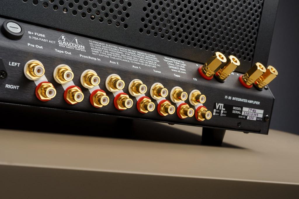 Die ansprechend gestaltete Rückseite ist durchweg mit vergoldeten Anschlüssen in Top-Qualität ausgestattet. Zu den fünf analogen Line-Inputs gesellen sich die Einschleifmöglichkeit für einen externen Soundprozessor oder Preamp, der Tape-Ausgang, um ein Kassettendeck, Tonband oder den Analogeingang eines Digitalrekorders mit dem Musiksignal zu speisen, und der gepufferte Pre Out, um einen Subwoofer anzusteuern oder einen zweiten IT-85 für Bi-Amping-Betrieb anzuschließen.
