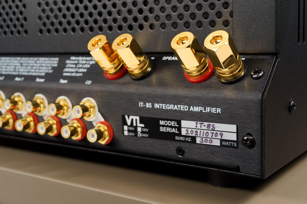 Als Lautsprecheranschlüsse stehe je ein Paar Buchsen für den linken und rechten Lautsprecher zur Verfügung. Der IT-85 benötigt also nicht verschiedene Ausgänge für den Anschluss von Vier-Ohm- und Acht-Ohm-Lautsprechern.