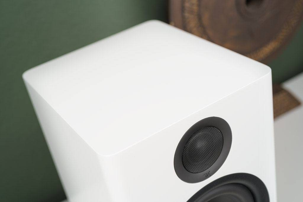 Mit den sanften Rundungen und den gelungenen Proportionen fügt sich der Schallwandler geschmeidig in das Wohnambiente ein.