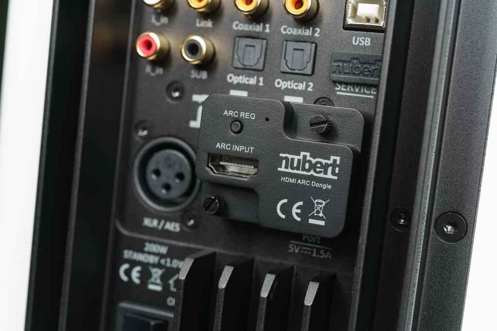 Heimkino-Einsatz: Der mitgelieferte HDMI/ARC-Adapter verwandelt den USB-A-Port in einen HDMI-Eingang für den Ton vom Fernseher oder vom Blu-ray-Player.