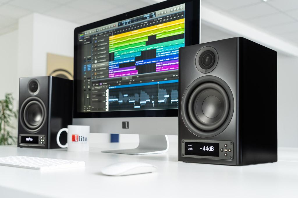Auch als Desktop- Monitor bei der Nahfeldbeschallung macht der Kompaktlautsprecher eine exzellente Figur – hier in der alternativen Gehäusefarbe Schwarz.