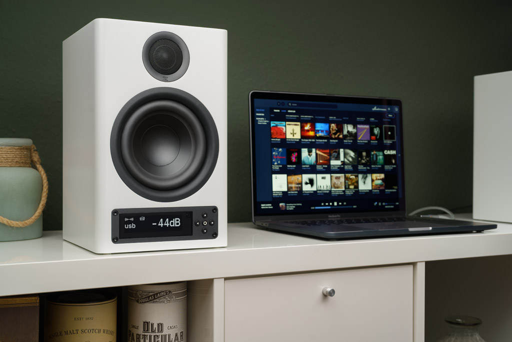 Zusammen mit einer Quelle als File-Lieferant ist die X-3000 RC ein HiRes-fähiges Komplett-System. Das geht beispielsweise mit einem Laptop. Auf dem Rechner sollte dann eine audiophile Player-Software wie Audirvana aufgespielt sein.