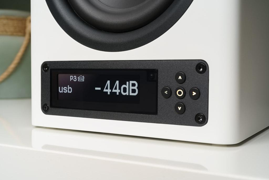 Die elegante und gestochen scharfe Anzeige des Betriebszustand besorgt ein OLED-Display. Zusammen mit den iluminierten Tasten des Steuerkreuzes gelingen sämtliche Einstellungen schnell und leicht an der Box.