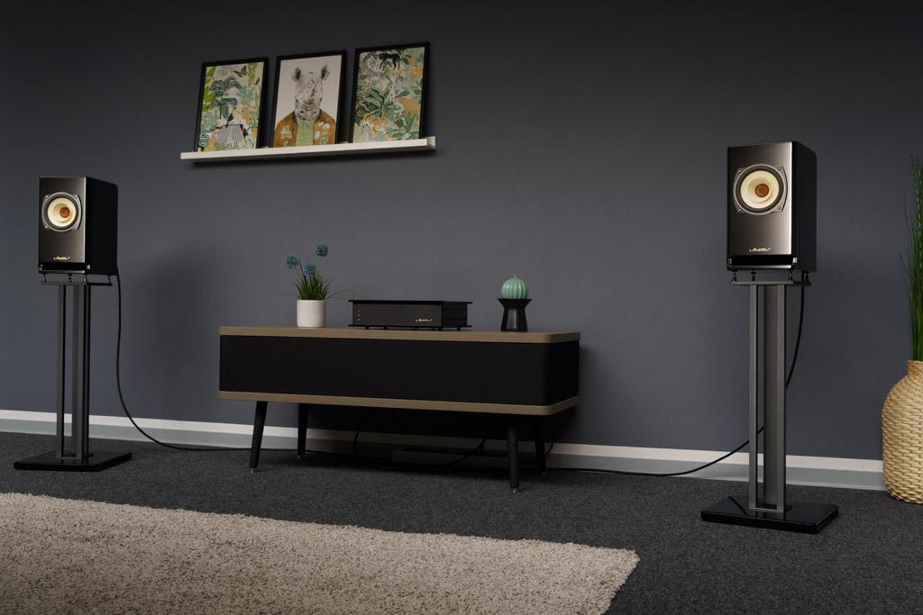 Das Voxativ Absolut Hagen ist als unkompliziertes Plug&Play-System für das Musikstreaming konzipiert: Es besteht aus zwei Lautsprechern und einer Klangzentrale.