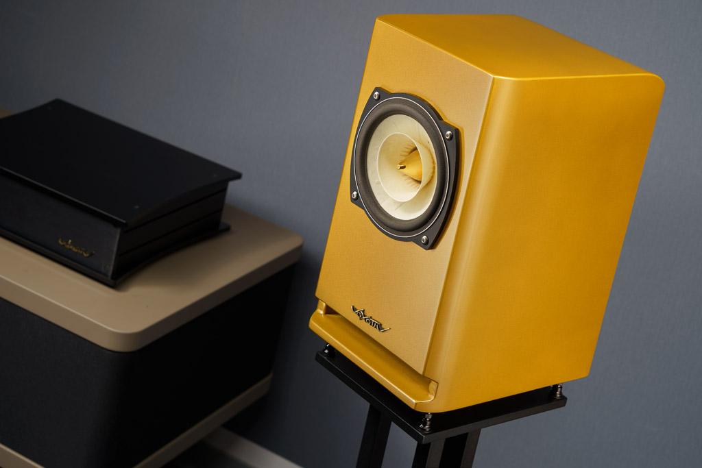 Das Absolut Hagen gibt es auch mit Schallwandlern in der goldenen Sonderedition. Sie ist mit einem metallenen Phase Plug ausgestattet, der etwas brillanter klingt als die Version mit Holz.
