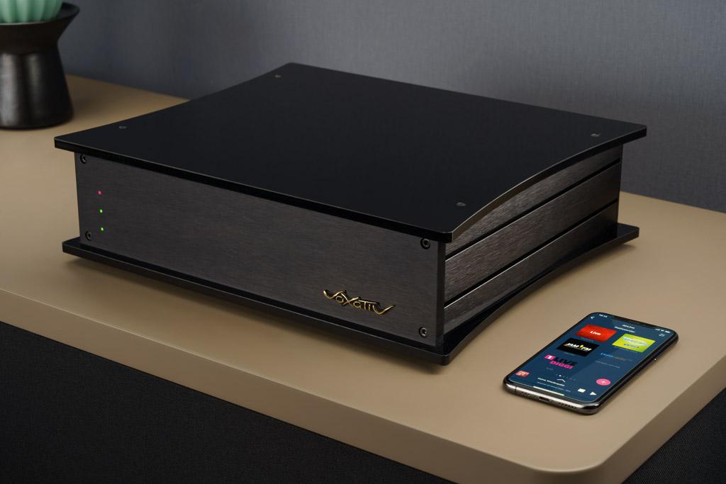 Die Absolut Box ist das Herz des Systems: Sie beinhaltet einen Digital Audio Streamer, einen Soundprozessor einen DAC und einen ausgewachsenen Vollverstärker. Die Aluminiumzargen des Gehäuses dienen deshalb auch als Kühlkörper, die die entstehende Wärme ableiten.