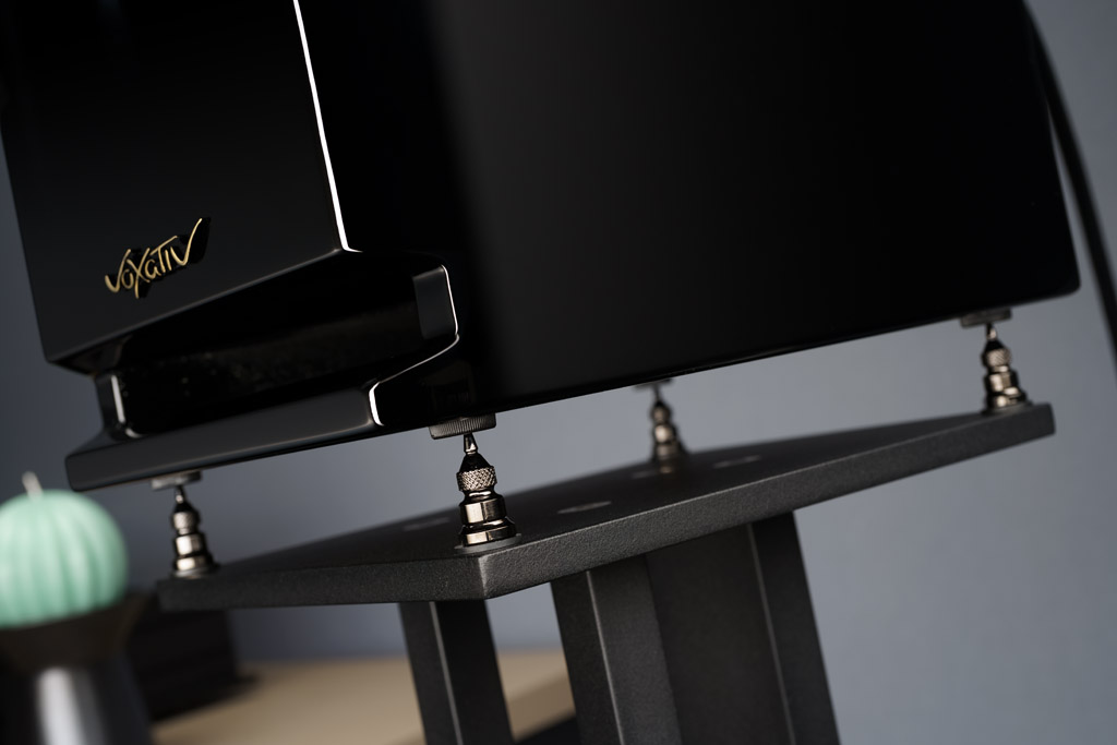 Die passenden, aber optionalen Stative besitzen Spikes, auf denen die Lautsprecher gelagert und angekoppelt sind, um Vibrationen ableiten zu können.