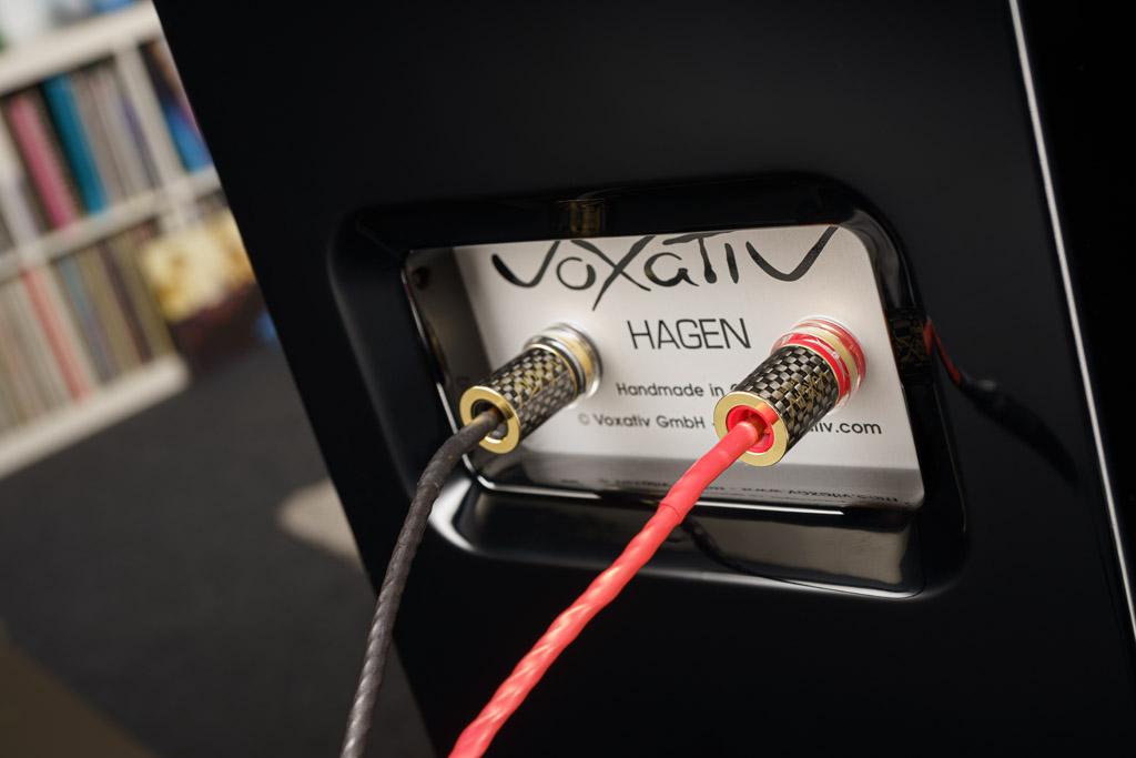 Das Anschlussterminal der Hagen bietet zwei hochwertige, vergoldete und ultrasolide Klemmen mit bildschönen Überwurfmuttern im Karbonfaser-Look. Die Klemmen geben Bananen-Stecker sehr festen und sicheren Halt, natürlich lassen sich hier auch Kabelschuh-konfektionierte Leitungen fixieren – oder blanke Litzen einführen. Die von Voxativ mitgelieferten und von der Manufaktur konfektionierten Kabel sind Holhbananen-Stecker ausgestattet, die ultrafesten Halt in den Buchsen haben.