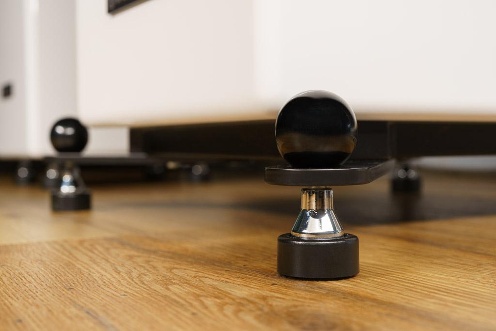 Audio Optimum setzt bei den Füßen durchweg auf Soundcare Superspikes, die eine entkoppelnde Wirkung haben. Sie passen sich auch unebenen Böden an, sind in die Ausleger eingeschraubt und damit höhenverstellbar. Die oberseitige Kugel dient als Konterung und Fixierung der eingestellten Höhe.