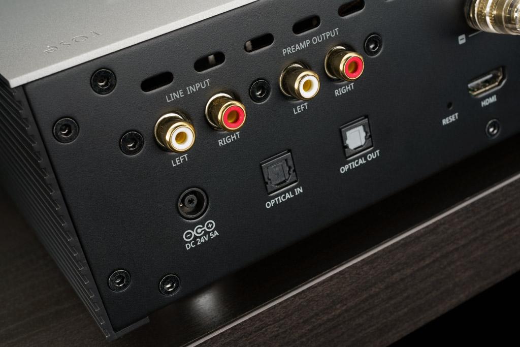 Das digitale Anschluss-Portfolio runden zwei S/PDIF-Schnittstellen in Form eines optischen Inputs und Outputs ab. Über Toslink kann etwa der TV-Ton wiedergegeben werden – allerding ohne Übermittlung der TV-Steuerbefehl für Lautstärke und Ein/Aus. Der Rose RS201E ist zudem auch analog zugänglich: Er bietet einen Line-Eingang und einen Preamp Out für den etwaigen Anschluss an einen externen Verstärker.