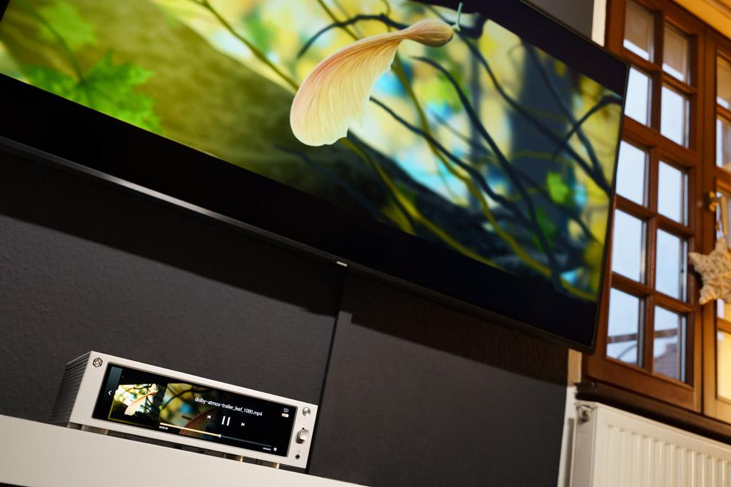 Selbst Videos, die von einem externen oder internen Speichermedium stammen oder per Tidal oder YouTube zugestreamt werden, kann der Rose RS201E zeigen. Über den HDMI Ausgang dient der Rose RS201E sogar als Video-Player für den Fernseher.