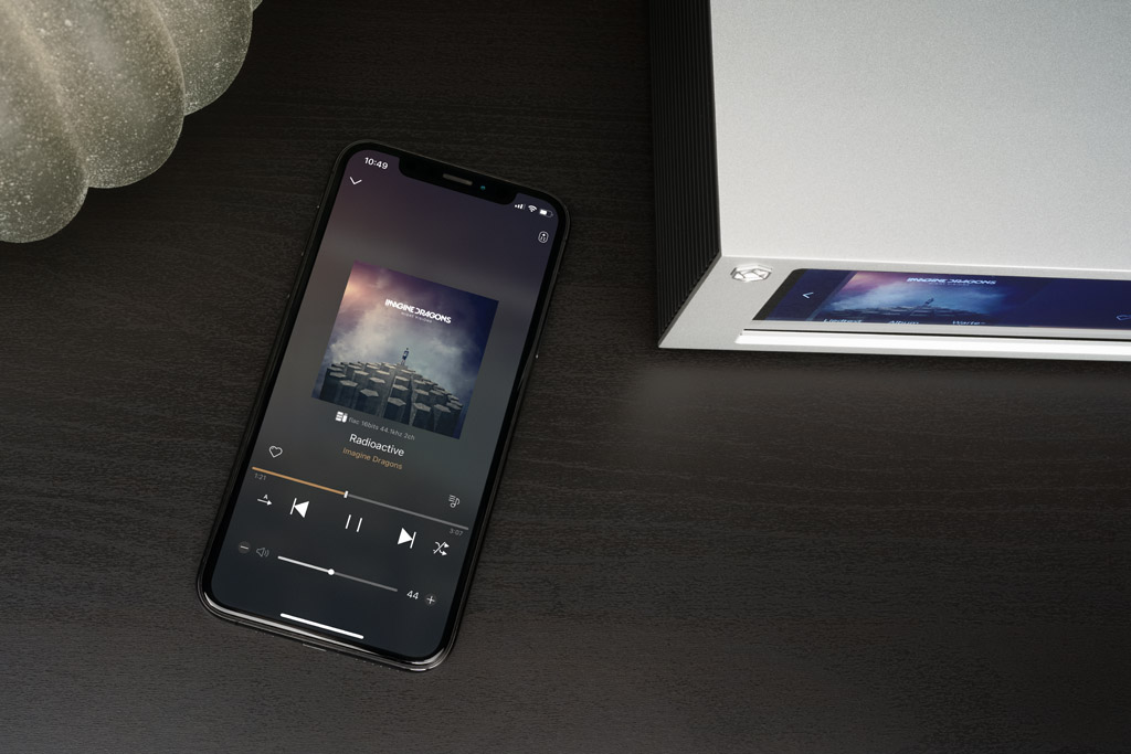 Per Smartphone und mit der Rose Connect-App geht die Bedienung bequem und übersichtlich aus der Ferne. Die Coverabbildung auf beiden Displays ist ein optisches Schmankerl.
