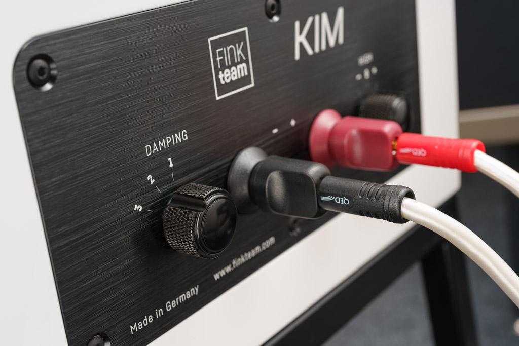 """Mit dem """"Damping"""" erreicht man eine optimale Anpassung an den Dämpfungsfaktor des Verstärkers. So harmoniert die Kim mit modernen und kräftigen Transistorverstärkern, ältere leistungsschwächeren Vintage-Amps sowie anschlusskritischen Röhrenverstärkern."""