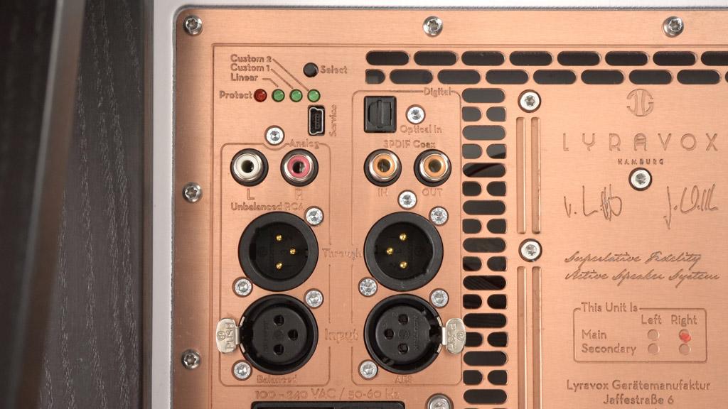 Edles Terminal: Auf der Rückseite des Master-Lautsprechers sind die Anschlüsse untergebracht.