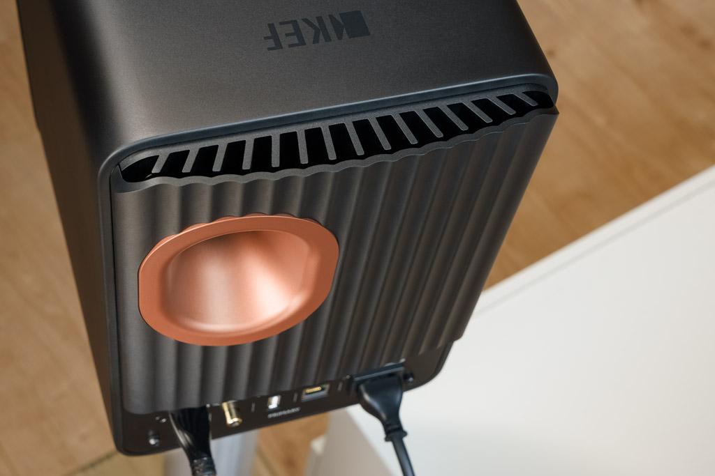 Selbst die Rückseite ist eine Augenweide: Das zweiteilige Kühlblech, das die Wärme der aktiven Verstärker-Elektronik abführt, glänzt mit gelungener Gestaltung. Es beherbergt den sich sanft öffnenden Port der Bassreflex-Abstimmung. Er ist in der Farbe des Uni-Q-Treibers realisiert.