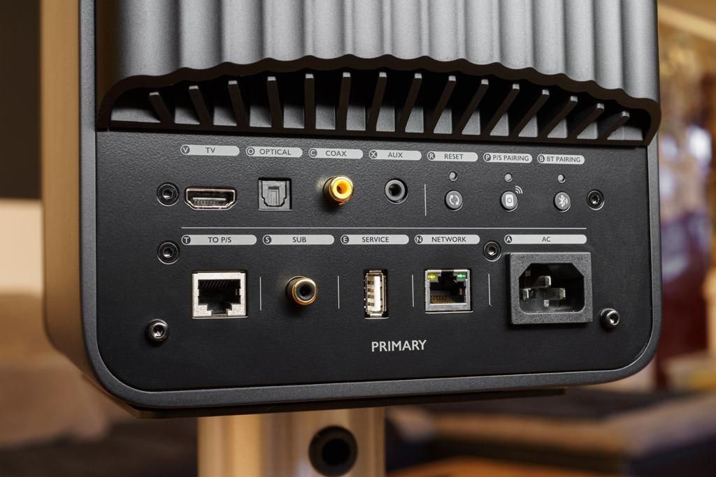Das Anschlussterminal des Primary-Lautsprechers: Die Masterbox beherbergt auf ihrer Rückseite alle Audio-Schnittstellen. Hinzu kommen ein Reset-Taster zur Wiederherstellung der Werkseinstellung, ein Pairing-Taster, um die Funkverbindung von Primary- und Secondary-Lautsprecher nach einer Signalunterbrechung wieder aufbauen zu können, sowie der Bluetooth Pairing-Taster. Die linke Ethernet-Schnittstelle bietet die Möglichkeit, die beiden LS50 Wireless-Lautsprecher alternativ per Kabel zu koppeln. Die rechte Ethernet-Schnittstelle ist für die ebenfalls alternative LAN-Anbindung der LS50 Wireless vorgesehen. An die Sub-Buchse kann ein Mono-Subwoofer angeschlossen werden. Der USB-A-Port ist für Service-Zwecke reserviert.
