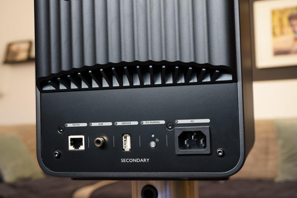 Das Terminal des Secondary-Lautsprechers: Es bietet nur die Ethernet-Buchse für die Kabelverbindung beider Boxen, den zweiten Subwoofer-Ausgang und den Pairing-Taster, um beide Lautsprecher nach Kontaktverlust wieder koppeln zu können.