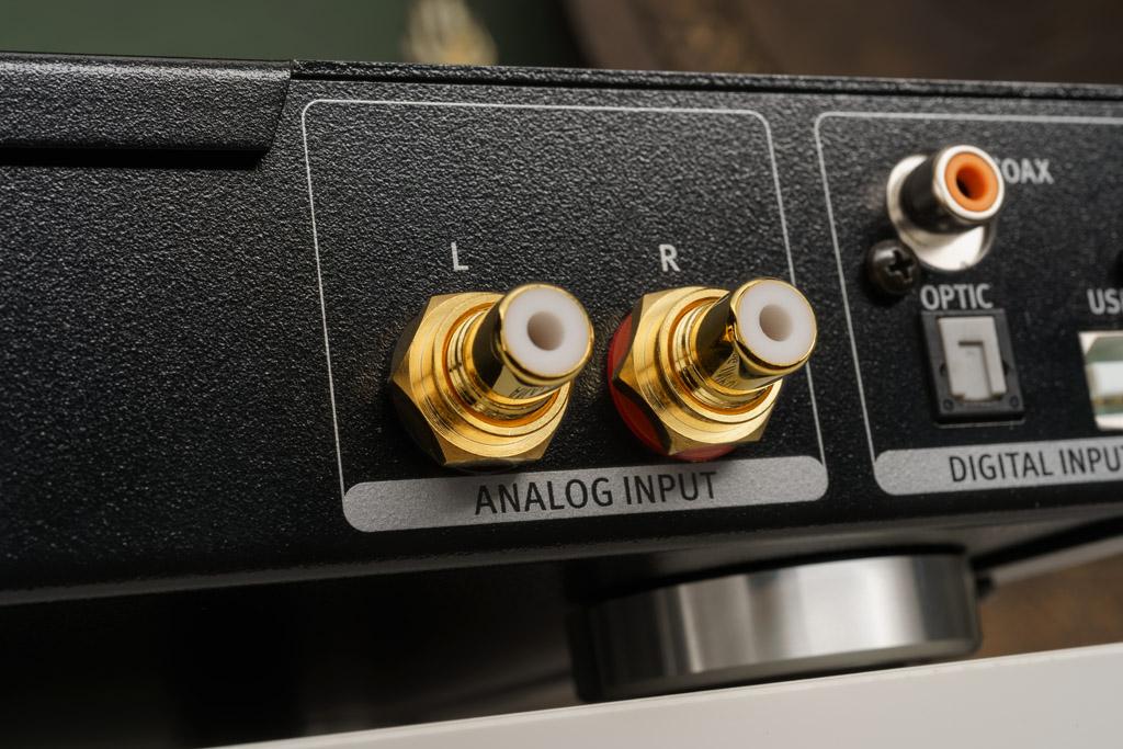 Der Phonitor se bietet in seiner Basis-Version einen analogen unsymmetrischen Line-Eingang in Form zweier hochwertiger, vergoldeter Cinch-Buchsen.